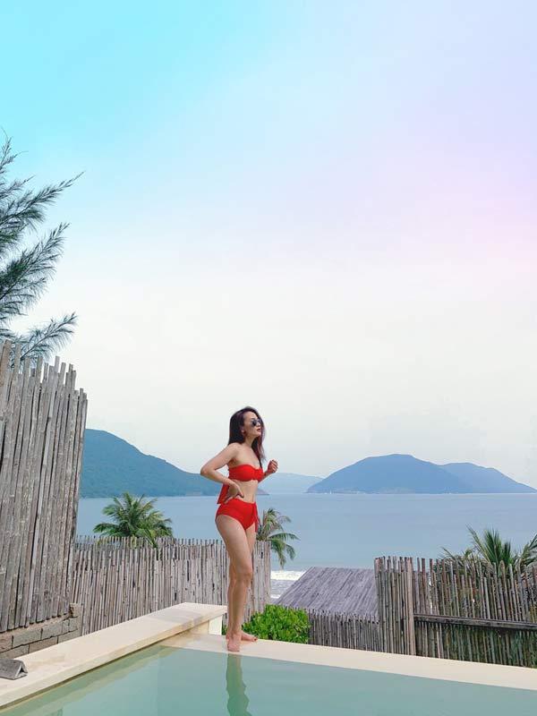 Bảo Thanh khoe dáng với đồ bơi màu rực - 1