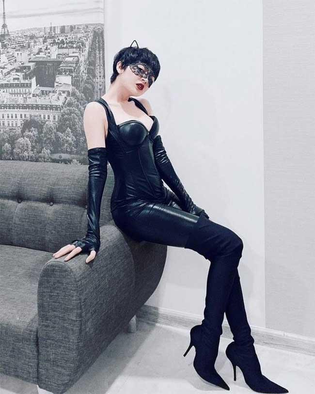 Dịp Halloween vừa qua, cô hóa thân thành Miêu Nữ cá tính, sexy với bộ đồ da đen bóng.