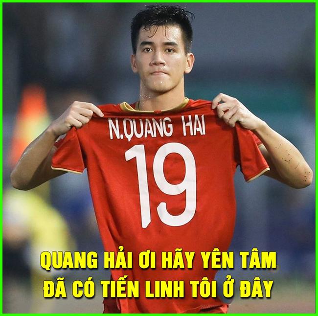 Ghi bàn không quên ăn mừng tri ân đồng đội Quang Hải đang chấn thương.