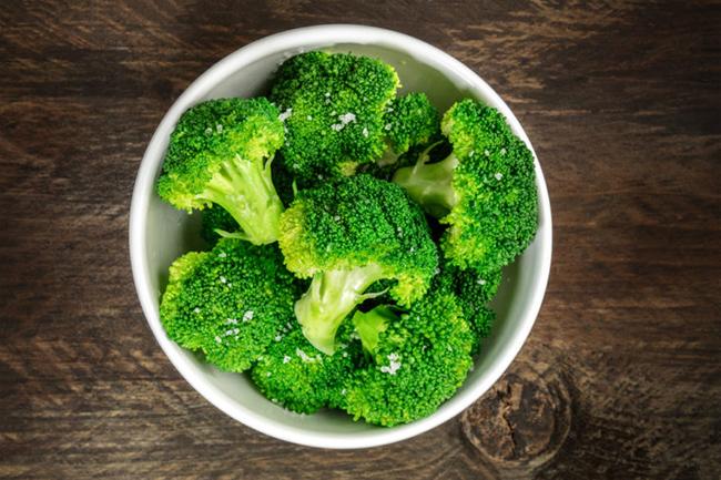 1. Bắp cải, bông cải xanh và súp lơ: Các loại rau họ cải có chứa indole-3-carbinol, một hóa chất ức chế sự phát triển của tế bào ung thư. Bông cải xanh đã được chứng minh có thể tránh được ung thư ruột kết và trực tràng, nhờ một loại enzyme có tên glucoraphanin đặc biệt có nhiều trong mầm bông cải xanh.