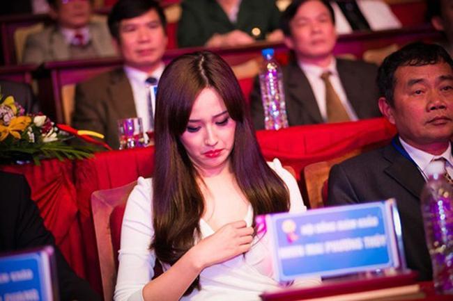 Hoa hậu Mai Phương Thúy bị bắt gặp khoảnh khắc phải chỉnh lại trang phục vì chiếc váy hở.