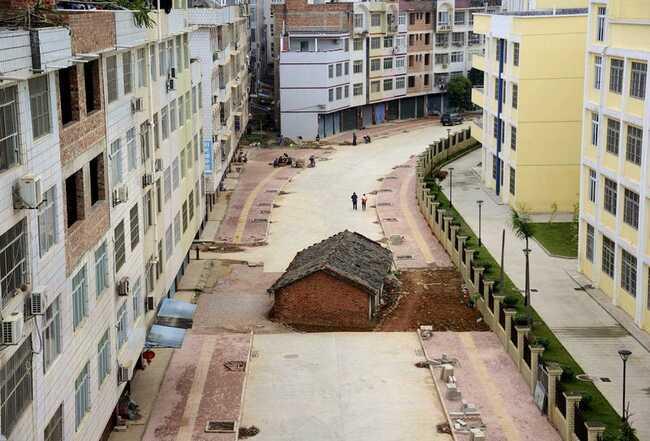 """""""Ngôi nhà đinh"""" này nằm giữa một con đường đang được xây dựng ở Khu tự trị dân tộc Choang - Quảng Tây."""