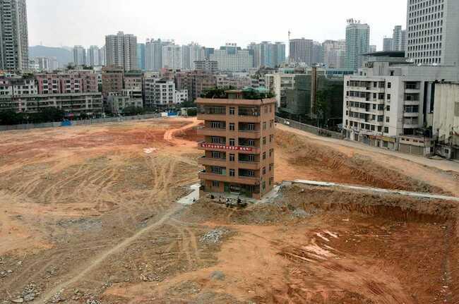 Chủ sở hữu của căn nhàsáu tầng ở Trung Quốcnày đã từ chối chấp nhận bồi thường khi nhà phát triển bất động sản muốn xây dựng một trung tâm tài chính tại khu vực này.