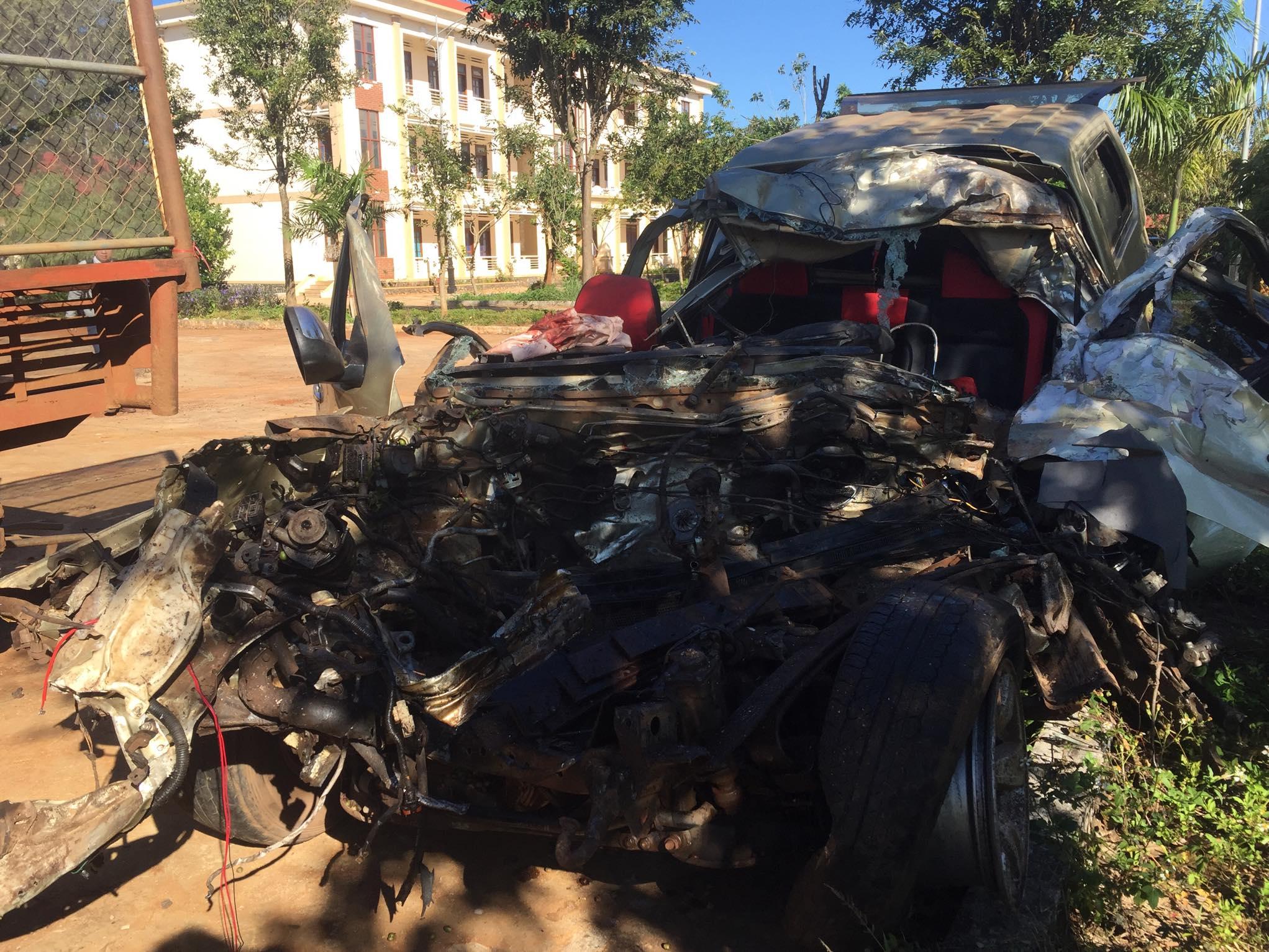 Xe bán tải va chạm kinh hoàng với xe tải, 3 người tử vong - 1