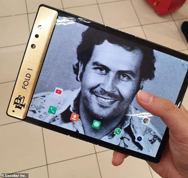 """Run sợ trước smartphone có màn hình gập lại mang tên trùm ma túy """"khét tiếng"""" - 1"""