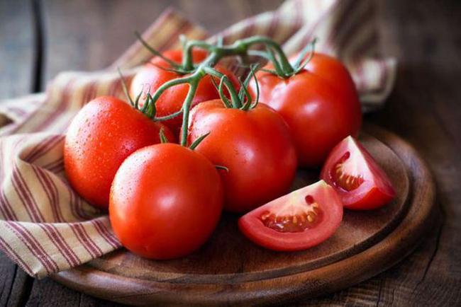 4. Cà chua rất giàu lycopene, một chất chống oxy hóa chống gốc tự do. Các nghiên cứu đã phát hiện ra rằng, lycopene khi được tiêu thụ cùng với dầu ăn sẽ loại bỏ một số bệnh ung thư bao gồm tuyến tụy, vú và tuyến tiền liệt. Nhờ các chất chống oxy hóa khác và hàm lượng vitamin C dồi dào, cà chua có tác dụng chống ung thư mạnh mẽ.