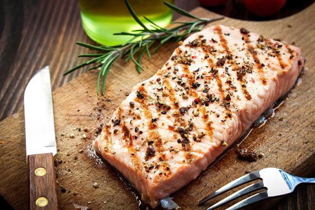 8. Cá hồi hoang dã: Các nhà nghiên cứu Úc phát hiện ra rằng, những người ăn 4 bữa cá mỗi tuần trở lên sẽ giảm gần 1/3 khả năng mắc bệnh ung thư máu, u tủy và ung thư hạch. Các nghiên cứu khác cho thấy, mối liên hệ giữa việc ăn cá béo (cá hồi, cá thu, cá bơn, cá mòi và cá ngừ, cũng như tôm và sò điệp) với việc giảm nguy cơ ung thư nội mạc tử cung ở phụ nữ.
