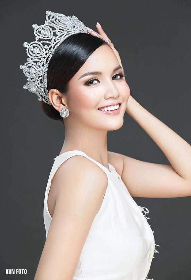Khi tham dự Miss Universe 2018 tại Thái Lan, Rern Sinat và H'Hen Niê xuất hiện trên nhiều trang báo quốc tế vì scandal bị Hoa hậu Mỹ chê nói tiếng anh dở tệ.