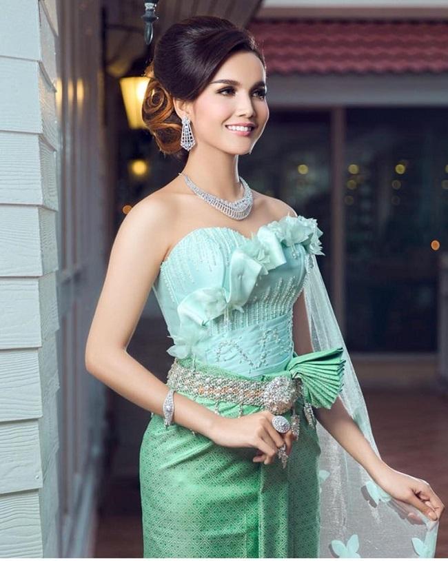 Ngoài danh hiệu sắc đẹp, cô còn là một người mẫu kiêm DJ có tiếng ở đất nước Campuchia.