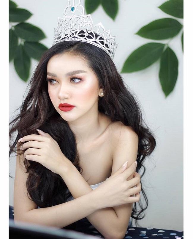 Cô là một trong những đối thủ tại Miss Universe 2019 của Hoàng Thùy.