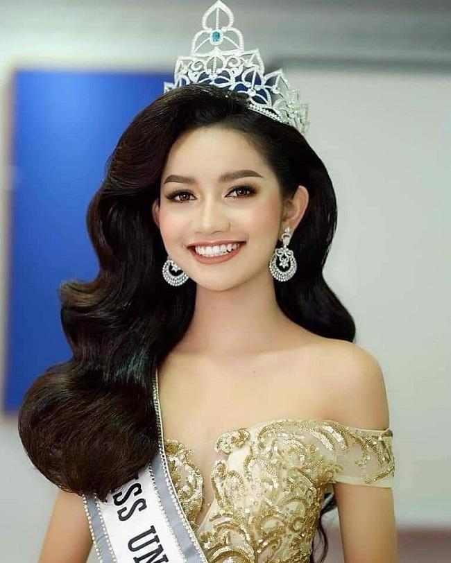 Biểu tượng sắc đẹp thứ 2 ở Campuchia hiện nay là Hoa hậu Hoàn vũ 2019 -Somnang Alyna. Tên tuổi của cô đang được nhắc tới nhiều thời gian gần đây bởi người đẹp đang đại diện nước nhà dự thi Miss Universe 2019.