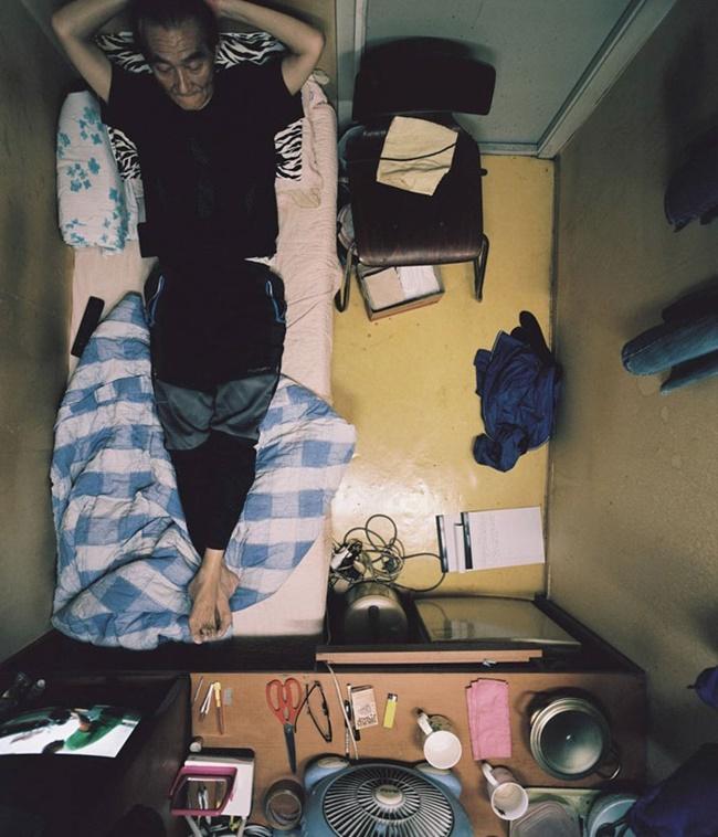 Nhiếp ảnh gia Kim Kyu - dong, 29 tuổi không có lựa chọn nào khác là thuê các căn phòng ở có tên goshitel hay goshiwon. Anh sinh ra ở Gangwon và chuyển lên Seoul (Hàn Quốc) để kiếm việc làm. Vì không có đủ tiền thuê căn hộ khép kín, anh đã ở 3 năm trong các căn phòng goshitel khác nhau