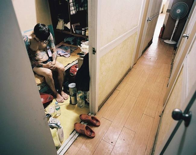 Theo Daily Mail, những phòng cho thuê này là chỗ ở tạm thời giá rẻ đã tồn tại gần nửa thế kỷ. Chúng được đưa ra cho thuê vào cuối những năm 1970 cho thí sinh chuẩn bị các kỳ thi quan trọng. Nhưng bây giờ nó trở thành nơi ở thuê của người không đủ tiền để thuê nhà giá cao ở Seoul.