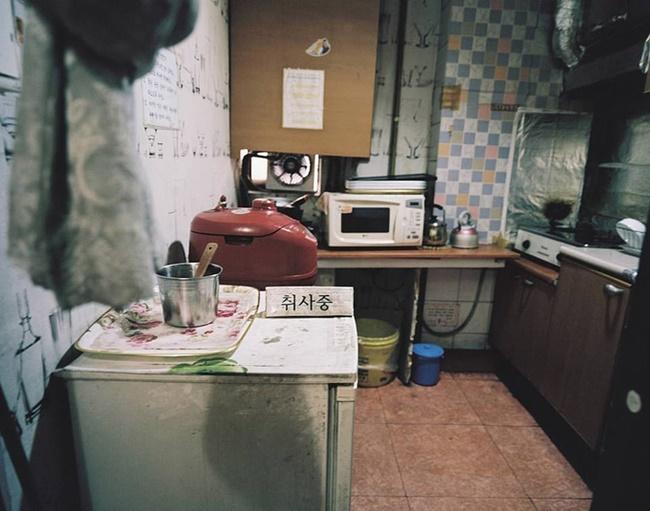 Hình ảnh bên trong một căn bếp thiếu ánh sáng - nơi mọi người sẽ dùng chung để nấu nướng.