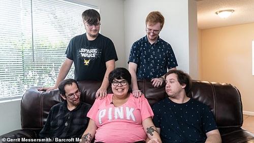 Gái béo yêu cùng lúc 4 chàng trai... và tất cả chung sống với nhau rất hòa thuận - 1