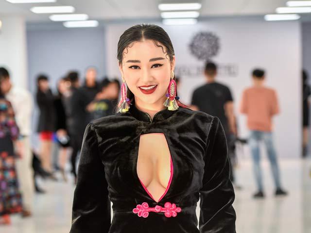 Maya diện áo khoét sâu khi xem thời trang