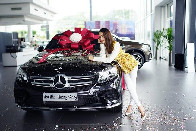 Tháng 6.2018, Hoa hậu 9X tậu chiếc Mercedes-Benz GLC 300 có giá hơn 2 tỷ đồng. Đây là xế hộp thứ ba mà Hương Giang sở hữu.