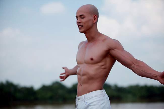 Trong showbiz Việt, Phan Đình Tùng không chỉ nổi tiếng là một ca sỹ điển trai mà anh còn có body 6 múi hấp dẫn.