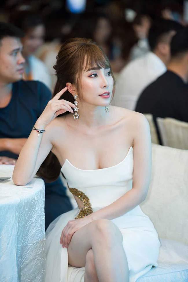 Kiểu trang phục ưa thích của Quỳnh Nga là đầm hai dây hoặc dáng cúp ngực, khoe vai trần thanh mảnh cùng vòng một gợi cảm.