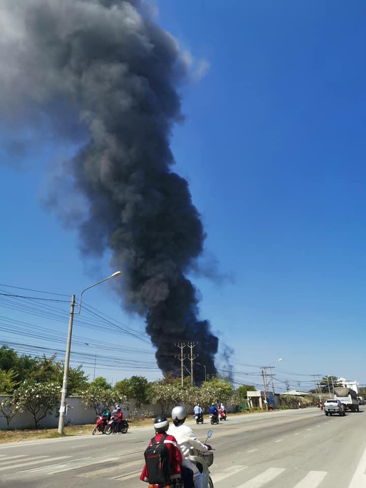 Khói lửa nhấn chìm nhà xưởng ở Bình Dương, hàng trăm công nhân tháo chạy thoát thân - 1