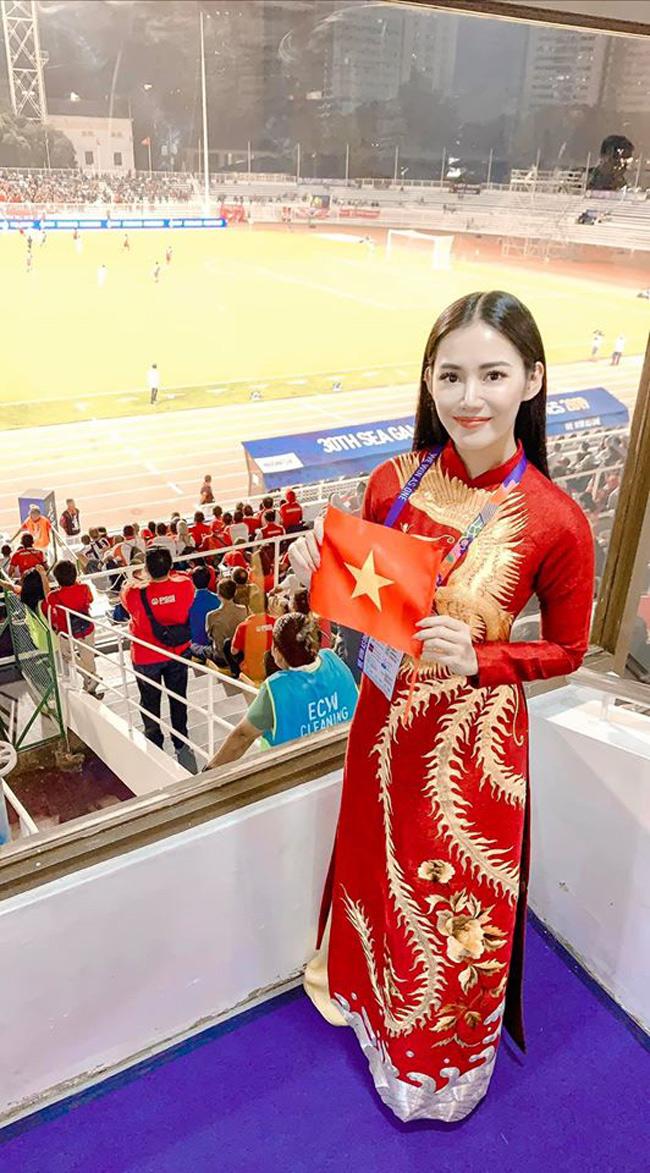 Tình yêu bóng đá khiến cô gái ham thích đi du lịch này đã sẵn sàng bay sang Philippines cổ vũ đội tuyển VN.
