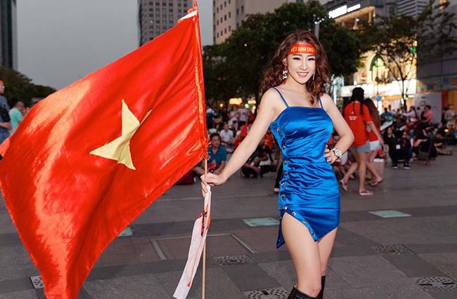 """DJ Oxy cũng là một sao nữ """"phát cuồng"""" vì bóng đá và đặc biệt yêu mến cầu thủ Tiến Linh."""