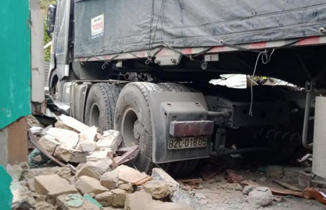 Quảng Nam: Kinh hoàng container đâm sập nhà dân, cuốn 2 vợ chồng vào gầm - 1