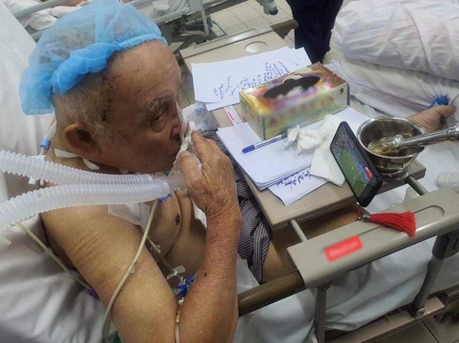 Cụ ông phẫu thuật não, thở máy vẫn cố xem trận U22 Việt Nam - U22 Indonesia và những hình ảnh xúc động trong viện - 1
