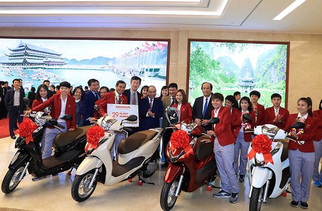 Honda Việt Nam tặng thưởng Đội tuyển Quốc gia Nữ Việt Nam và Đội tuyển U-22 Việt Nam tại Seagames 30 - 1