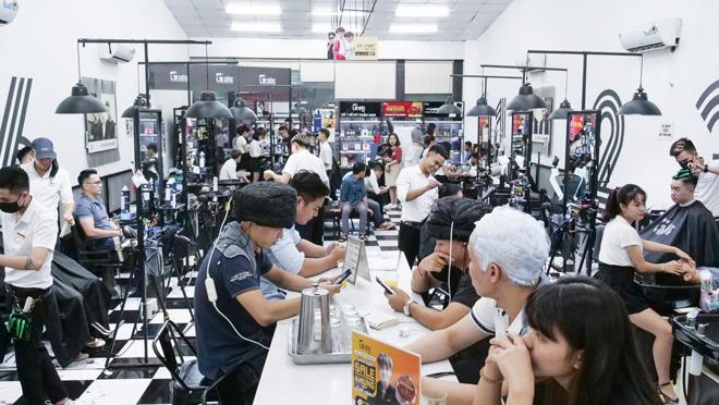 Thợ tóc nam hái ra tiền bởi nam giới ngày càng bạo chi làm đẹp dịp Tết - 1