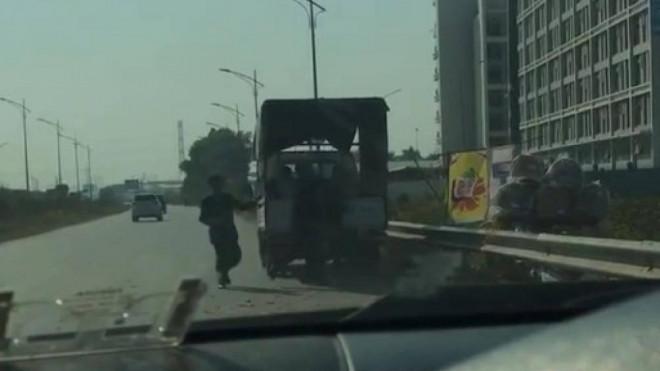 Bác thông tin TTGT Bắc Giang đánh người bán bánh đa trên cao tốc - 1
