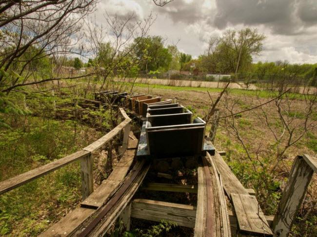 Công viên giải trí Joyland, Mỹ: Công viên được thành lập vào năm 1949 tại thành phố Wichita, bang Kansas. Sau khi một bé gái 13 tuổi ngã khỏi vòng đu quay vào năm 2004, công viên đã phải tạm đóng cửa để điều tra và vẫn chưa hoạt động trở lại cho đến nay.