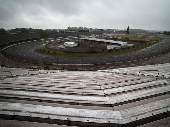 Trường đua North Wilkesboro Speedway, Mỹ: Enoch Staley đã xây dựng trường đua vào năm 1946 và cuộc đua đầu tiên được tổ chức ở đây một năm sau đó. Tuy nhiên, trường đua đã phải đóng cửa vào năm 1996, do lượng người đến xem các cuộc đua giảm.
