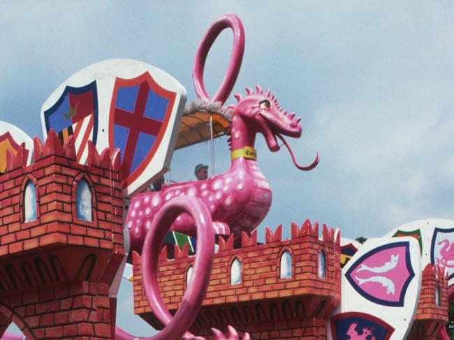 Công viên giải trí Camelot, Anh: Công viên mở cửa vào năm 1983 tại thành phố Lancashire, Anh. Nhưng công trình đã phải đóng cửa vào năm 2012, do lượng khách giảm.