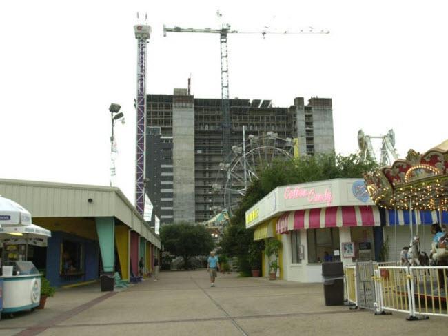 Công viên giải trí Miracle Strip, Mỹ: Công viên bắt đầu hoạt động vào năm 1963 tại thành phố Panama City, bang Florida. Nhưng nó đã đóng cửa vào năm 2004 khi chủ đầu ta bán đất để phát triển nhà ở khách sạn.