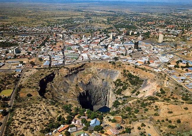 Big Hole là một cái hố khổng lồ, hình tròn, có độ sâu 215m nằm ngay giữa thành phố Kimberley, Nam Phi,