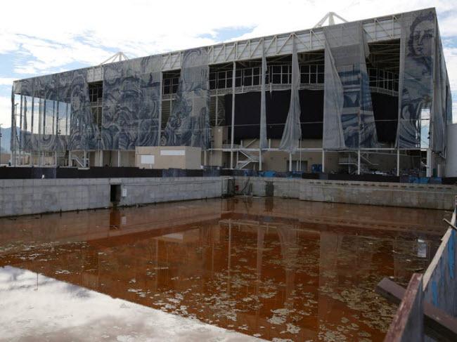 Trung tâm thể thao dưới nước Rio, Brazil: Thành phố Rio đã chi 13 tỷ USD để chuẩn bị cho Olympic 2016, nhưng nhiều công trình bị bỏ hoang sau đó, bao gồm khu liên hợp thể thao dưới nước.