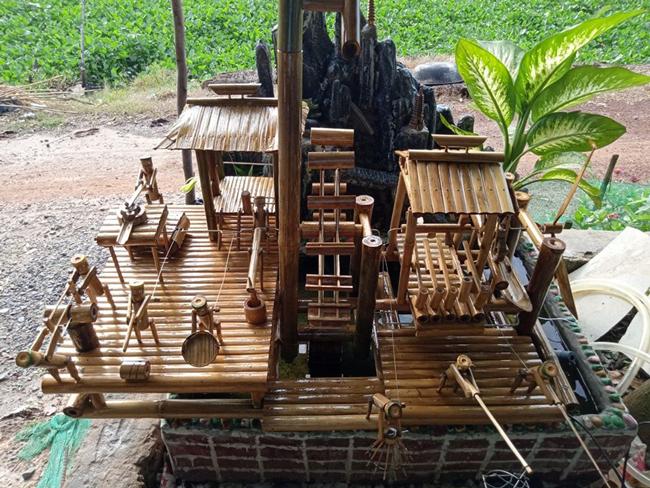 Anh Cao Bá Minh (Đồng Tháp) cho biết sản phẩm anh làm là tiểu cảnh mô phỏng guồng nước của dân tộc vùng Tây Bắc.