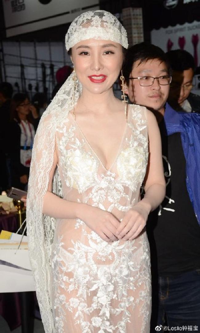 """Tuy nhiên, thỉnh thoảng Can Lộ Lộ vẫn """"chơi trội"""" với gu thời trang sexy quá đà. Hình ảnh được chụp khi chân dài 33 tuổi tham gia sự kiện ở triển lãm - hội chợ tại Thượng Hải vào mùa hè vừa qua."""