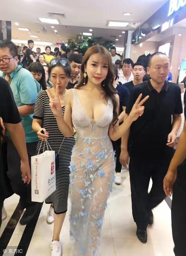 Giống như đàn chị, cô đào sinh năm 1987 cũng tích cực khoe thân, ăn mặc sexy khi tham gia các sự kiện.