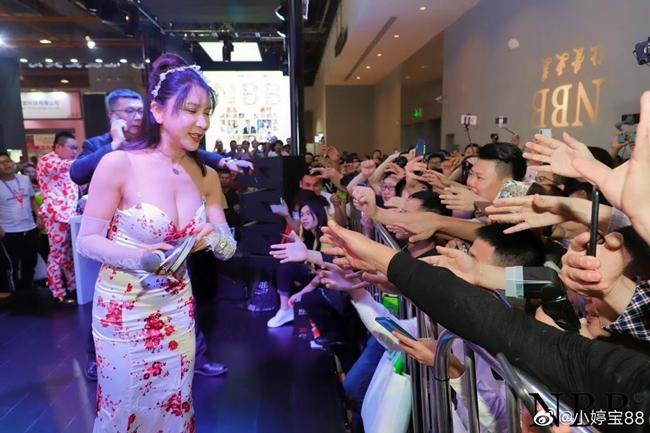 Bên cạnh đó, cô còn tham gia nhiều sự kiện thương mại. Nhờ ngoại hình nóng bỏng, sự xuất hiện của chân dài 8X được khiến nhiều fan nam thích thú và muốn được tiếp cận người đẹp.