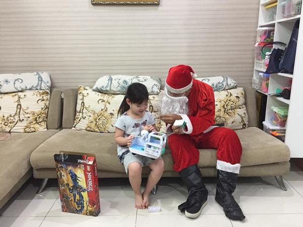 """""""Ông già Noel"""" gặp phải khó khăn gì khi đi trao quà? - 1"""