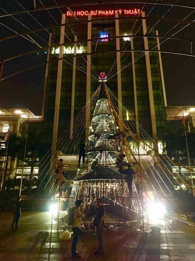 Ngắm cây Giáng sinh 11 m thông minh do sinh viên thiết kế - 1