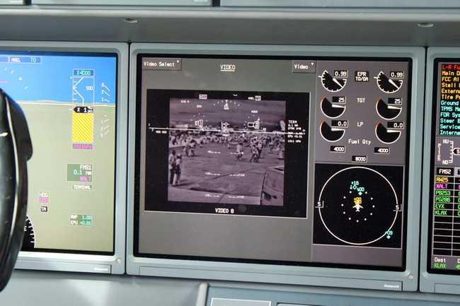Một camera dưới mũi máy bay giúp phi công có thể nhìn được khu vực bên dưới máy bay.