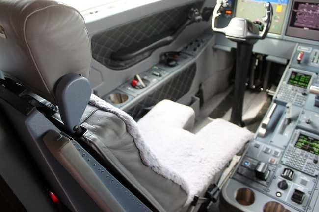 Ghế ngồi của phi công đượcbọc da cừu tiêu chuẩn, không chỉ thoải mái, mà còn thấm mồ hôi rất tốt.