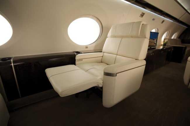 Những chiếc ghế này cũng dược thiết kế cơ chế xoay và có chỗ nghỉ chân thoải mái…