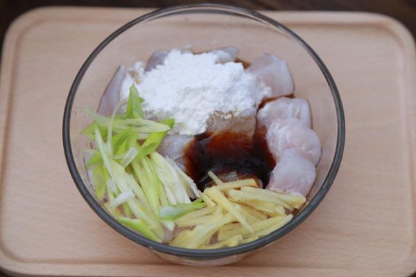 Bữa trưa không dầu mỡ với món cá hấp nấm ngon khó cưỡng - 1