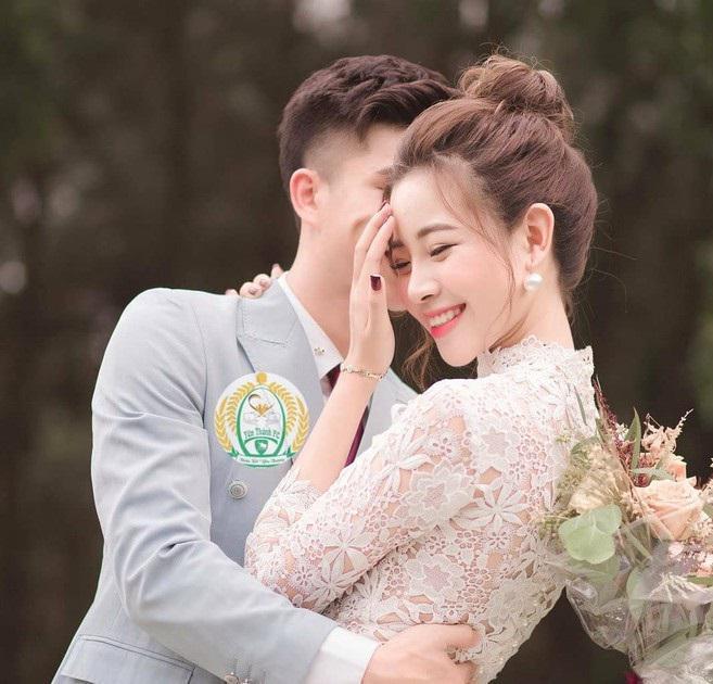 Bạn gái tung ảnh cưới giấu mặt chú rể, người hâm mộ vẫn gửi lời chúc tới cầu thủ Phan Văn Đức - 1