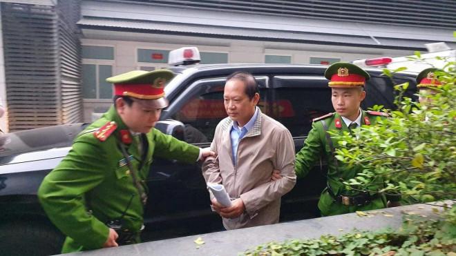 Hai cựu Bộ trưởng Nguyễn Bắc Son, Trương Minh Tuấn đến toà từ sáng sớm - 1