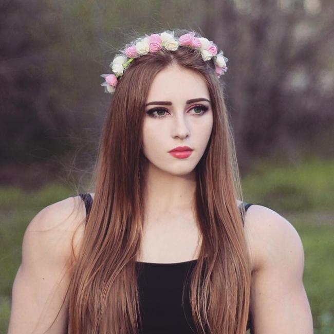 Julia Vins là vận động viêncử tạ người Nga nổi tiếng với gương mặt xinh đẹp.